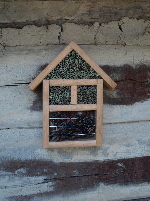 Hmyzí hotel v malej záhrade