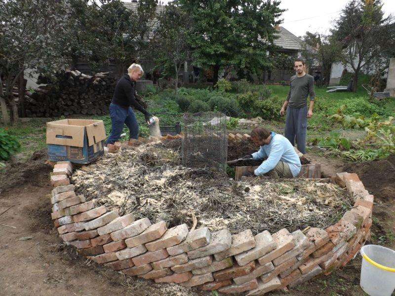 Na vlhký kompost nasypeme piliny
