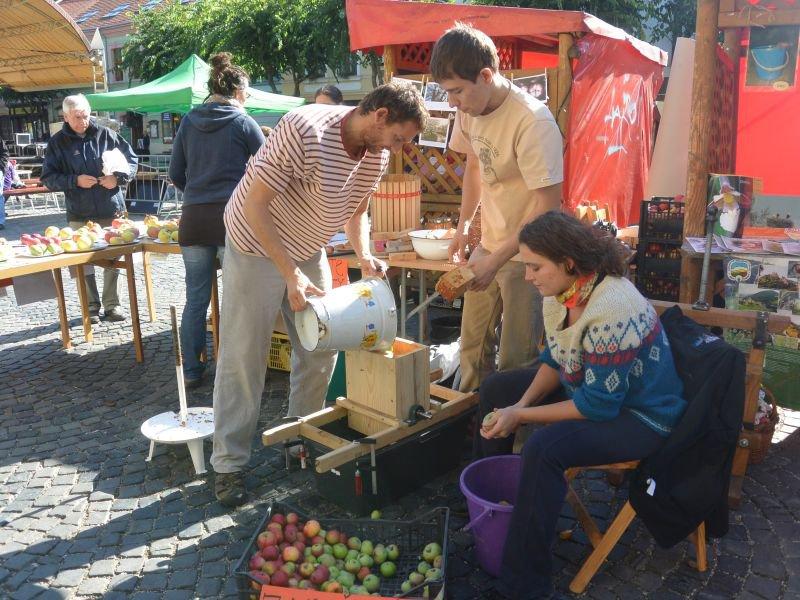 Ochutnávka čerstvej lisovanej jablčnej šťavy