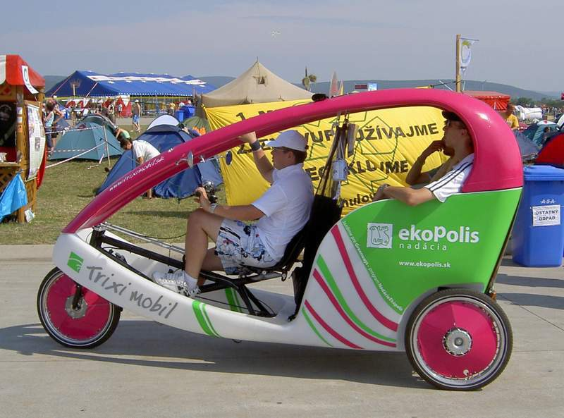 Rikša - Dobrovoľníci z Nadácie Ekopolis, ktorí sa striedali za volantom rikše, nestrácali radosť z jazdy ani v tej najväčšej horúčave.