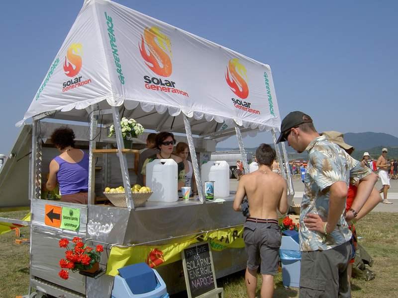 Slnečný bar Greenpeace - Na odšťavňovanie ovocia poslúžila energia získaná z fotofoltaických článkov.