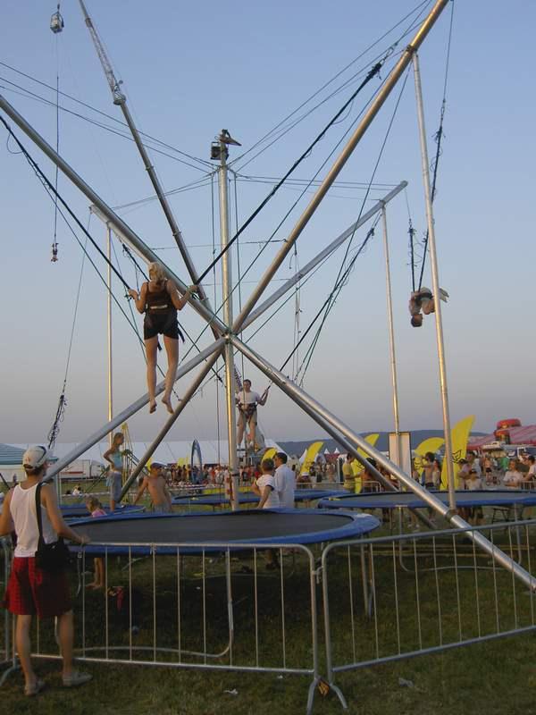 Trampolíny a bungee jumping v prevádzke od rána do vdečera.