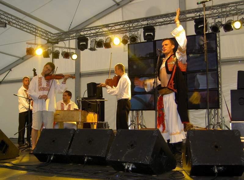 V tanečnom dome - Roman Malatinec a Temperament Cimbal Orchestra hrajú tanca chtivým.