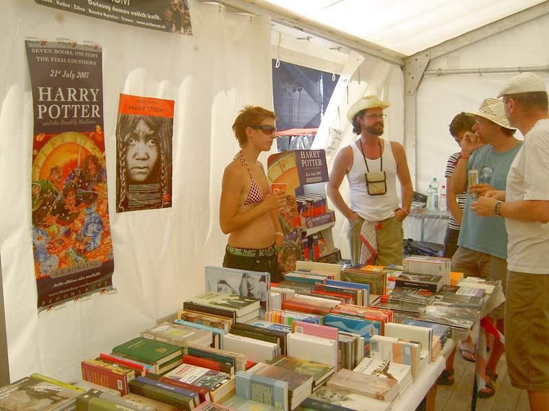 Veľký stan Artfóra - Príjemná spoločnosť, dobré knihy a výborná káva zo spravodlivého obchodu.