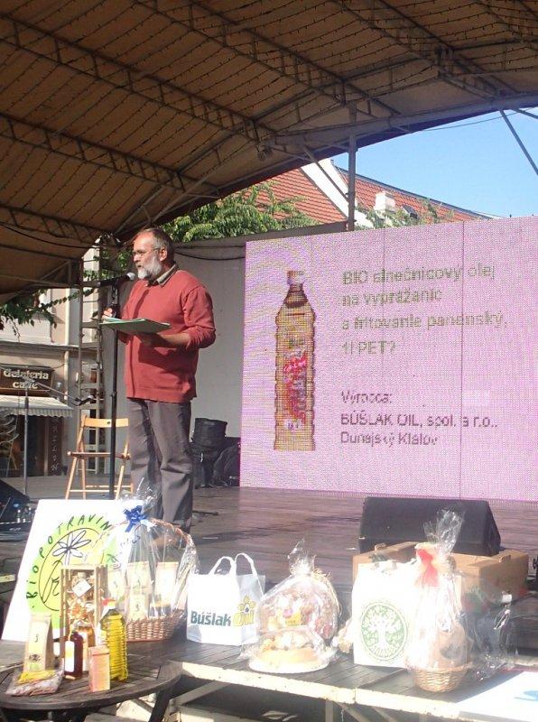 vyhlasovanie výsledkov Biopotravina roka 2013, vpravo sú vystavené darčekové bio-balíčky.