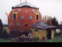 betónové iglu v tvare jahody