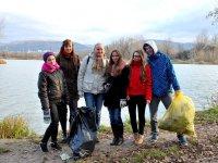 mladí vyčistili brehy dubnického štrkoviska