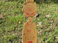 replika dreveného náhrobníka