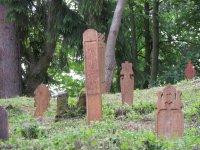 repliky drevených náhrobníkov