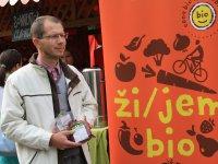 víťazná biopotravina s hrdým majiteľom