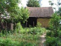 záhrada so starou pajtou