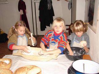 Chlebík vlastnými rukami - deti pomohli pripraviť 36 bochníkov špaldového chlebíka