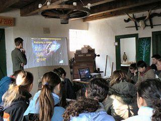Zaujatí študenti počas prednášky